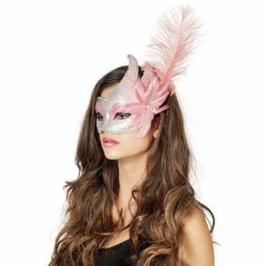 Carnaval oogmasker roze/zilver met grote bloem en veer
